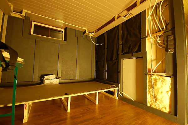 """Project """"C8"""" - building Norways smallest(?) home cinema-13_powered_messy_01.jpg"""